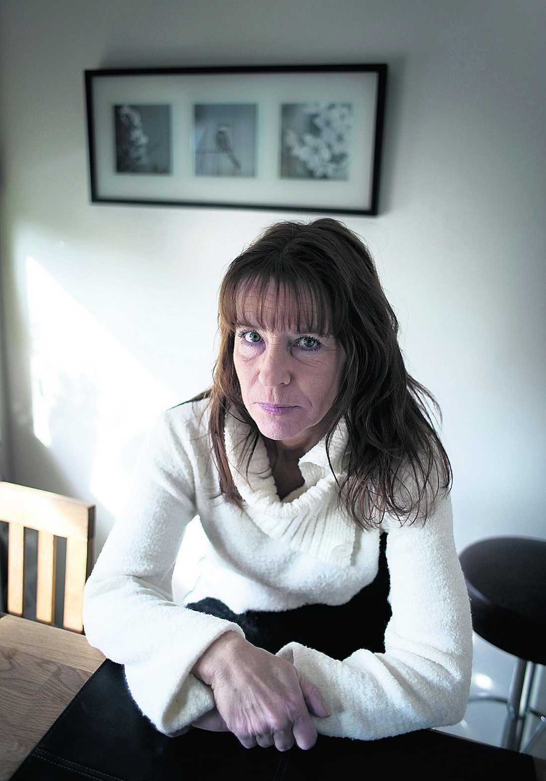 Lise Lott Dinov lider av cancer och reumatism. Men Försäkringskassan menar att hon kan arbeta trots att hon har sjukintyg som säger motsatsen.