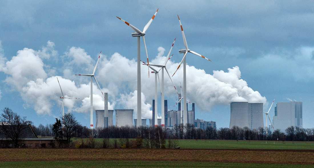 Vindkraftverk framför kolkraftverk utanför orten Jackerath i västra Tyskland.