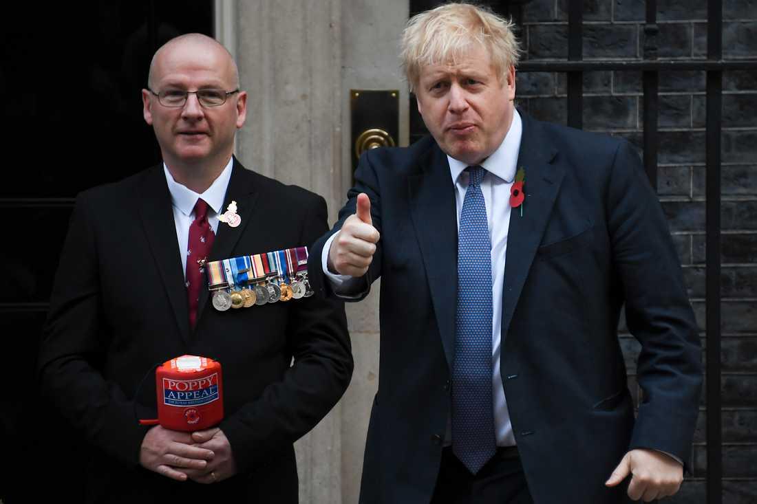 Premiärminister Boris Johnson gör tummen upp utanför 10 Downing Street.
