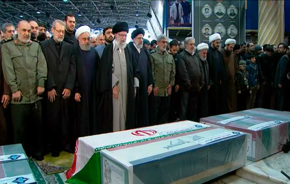 Ayatollah Ali Khamenei ber vid Qassem Soleimanis kista i Teheran.