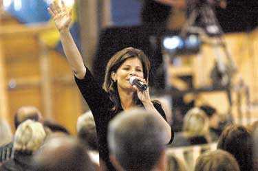 Fyllde ladan Tusentals människor hade kommit för att höra Carola predika och sjunga på Torpkonferensen. Och fick höra stjärnan prata - om sig själv.