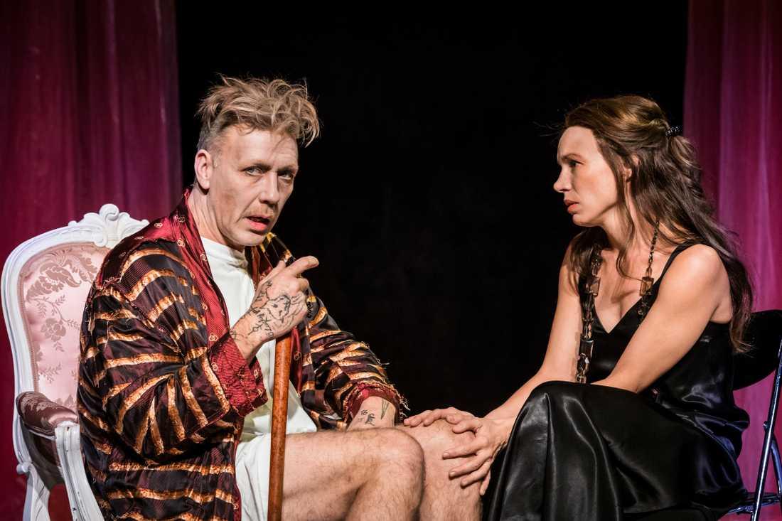 Mikael Persbrandt som Argon och Ellen Jelinek som hans dotter i Stefan Larssons uppsätting av Molières Den inbillade sjuke på Maximteatern.