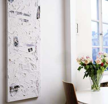 Tavlan i köket har Lisa gjort själv, av cement. Blommor lyser upp ett rum - att ha mycket blommor är ett av Lisas inredningstips.
