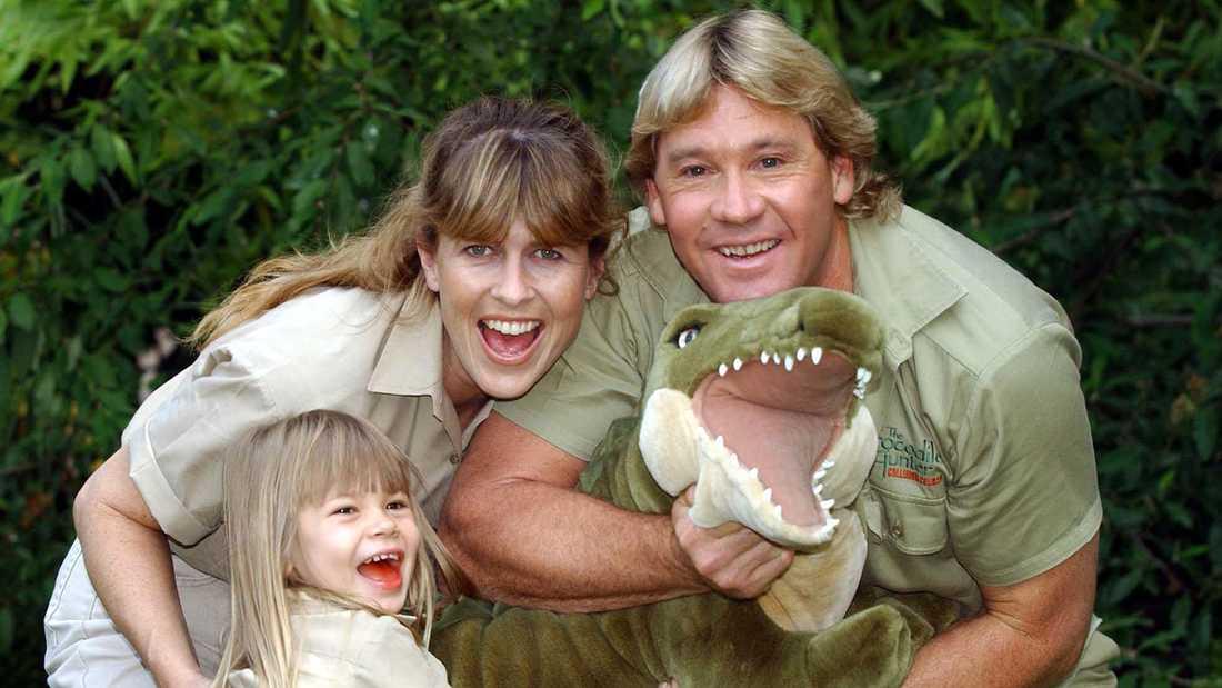 Bindi Iwrin med pappa Steve och mamma Terri 2002.  Äventyraren Steve Irwin dog 2006 sedan han träffats av en stingrocka i hjärtat.