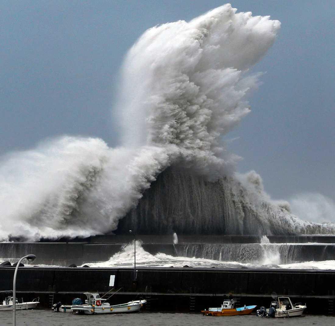 Höga vågor vid Akis hamn under tisdagen.