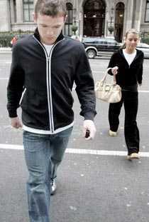Försvarade flickvännen Michael Gray förolämpad Wayne Rooneys flickvän Coleen. Rooneys svar? En smäll på käften. Gray sänktes med ett slag.