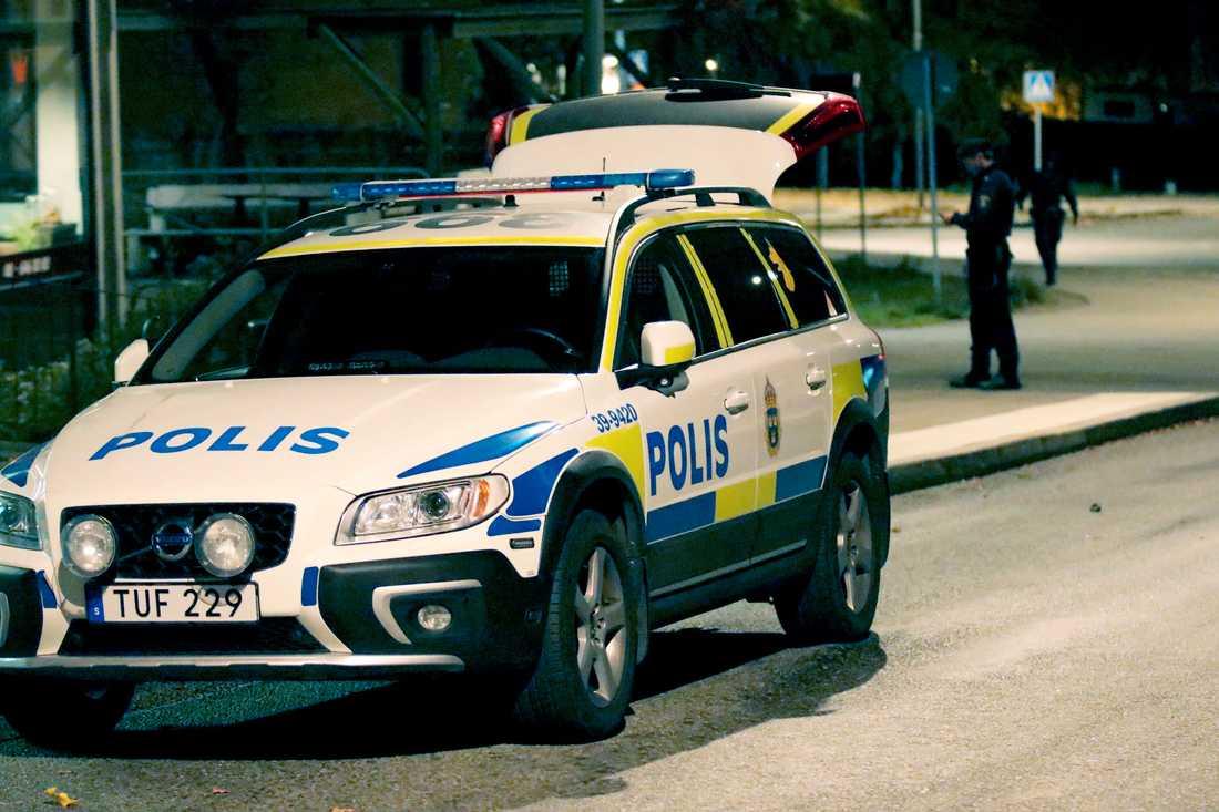 Polis på platsen.