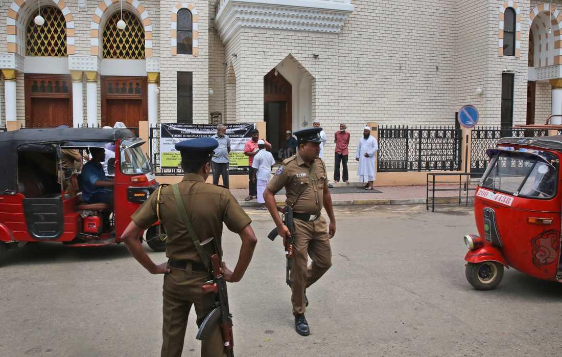 Säkerheten är förhöjd i Sri Lanka efter terrordåden. Bland annat vid landets moskéer, som pekas ut som potentiella måltavlor för hämndattacker.
