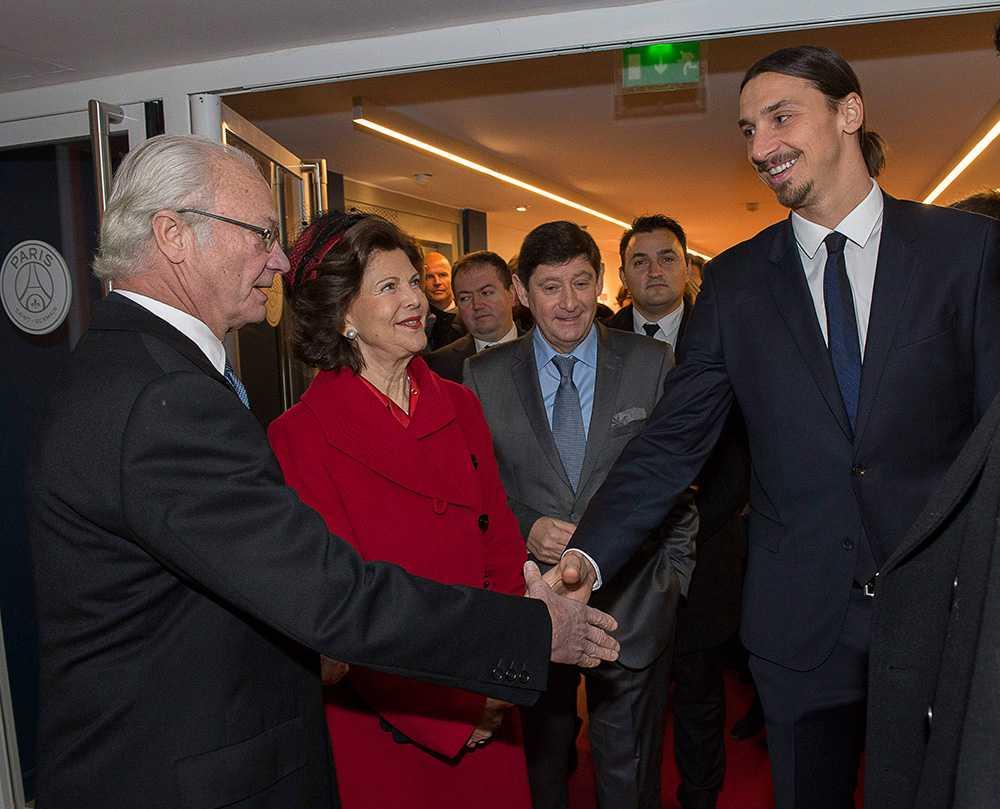 Kungen och drottningen inledde på tisdagen ett fyra dagar långt statsbesök i Frankrike. Kungaparet träffade PSG:s stjärna Zlatan Ibrahimovic som tog emot på klubbens arena Parc des Princes.