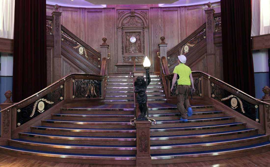 Passa på att ta en promenad upp för den massiva trappan, en replika av fartygets.