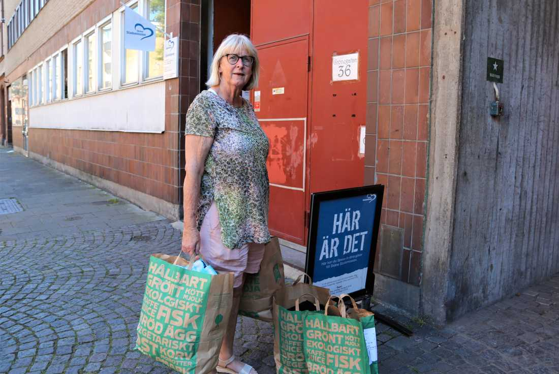 Anita Scherstén skänker kläder till Skåne Stadsmission.