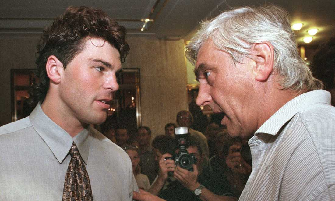 """Legendariske tränaren Ivan Hlinka och Jagr vid öppnandet av """"Jagr's Sport Bar"""" i Prag i juli 1999."""
