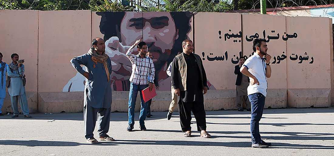 """""""Jag ser dig"""" har målats på murar som omger regeringsbyggnaderna i Kabul för att skrämma ämbetsmän från korruption"""