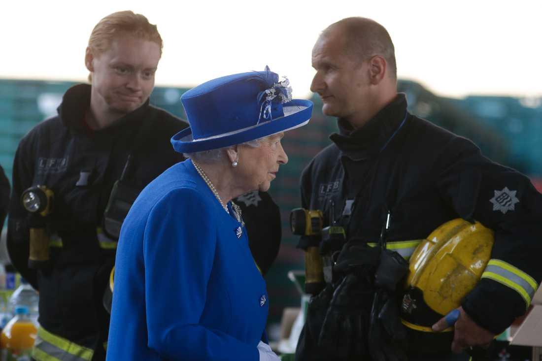 Drottning Elizabeth II tackar personal från räddningstjänsten i samband med att hons besökte brandplatsen på fredagen.