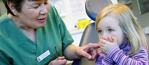Lilla Michelle Knösch täpper effektivt för munnen med händerna när tandborsten kommer fram. Tandläkare Ann Bernmark har tagit hand om barns tänder i 16 år och vet hur svårt det kan vara – och hur viktigt det är att inte ge sig.