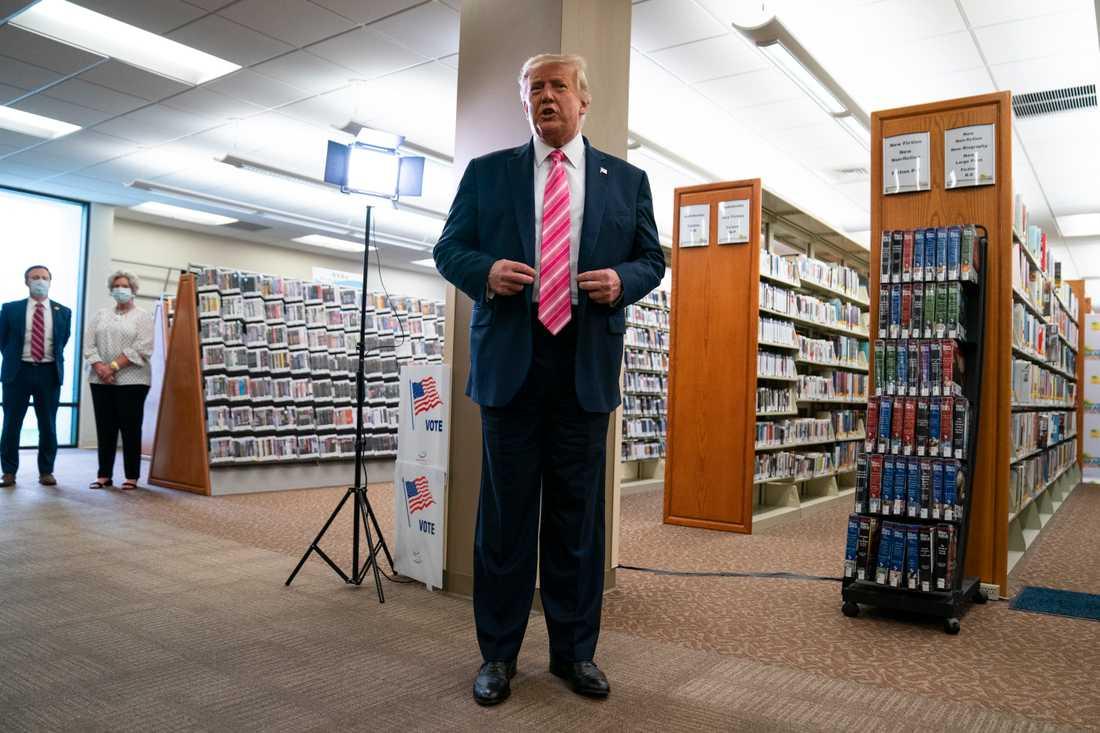 USA:s president Donald Trump pratar med journalister efter att han har avlagt sin förtidsröstt i ett bibliotek i West Palm Beach i Florida. Det amerikanska presidentvalet hålls den 3 november.