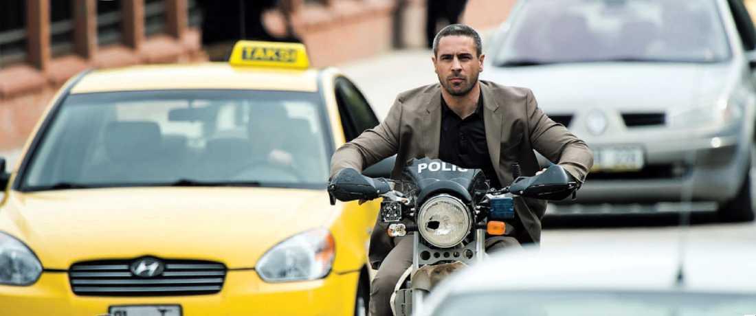 """Ola Rapaces är van att figurera som filmskummis, här som Patrice James Bonds nemesis på de turkiska gatorna i """"Skyfall""""."""