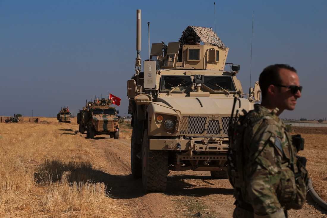 Turkiska och amerikanska stridsfordon i nordöstra Syrien nära gränsen till Turkiet. Arkivbild.
