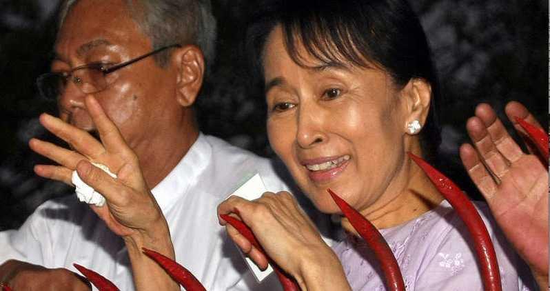 2010 Opositionsledren Aung San Suu Kyi vinkar till sina anhängare som samlats utanför hennes hus efter sin frigivning.