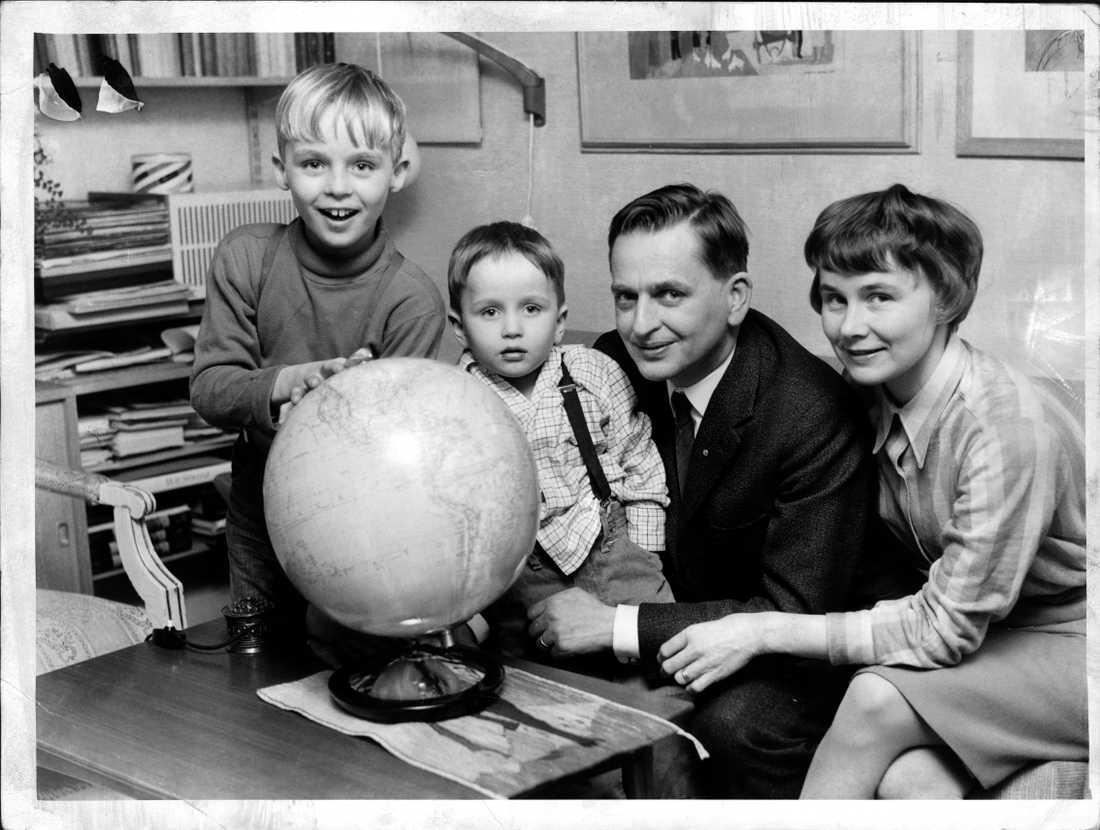 Olof och Lisbeth Palme med sönerna Joakim och Mårten.
