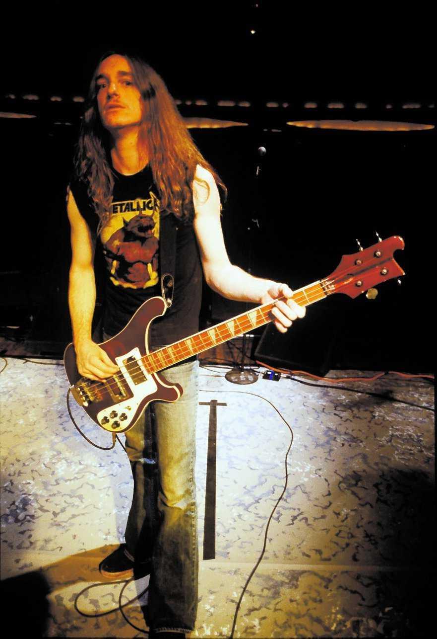 Metallicas basist Cliff Burton var 24 år när han dog i kraschen.