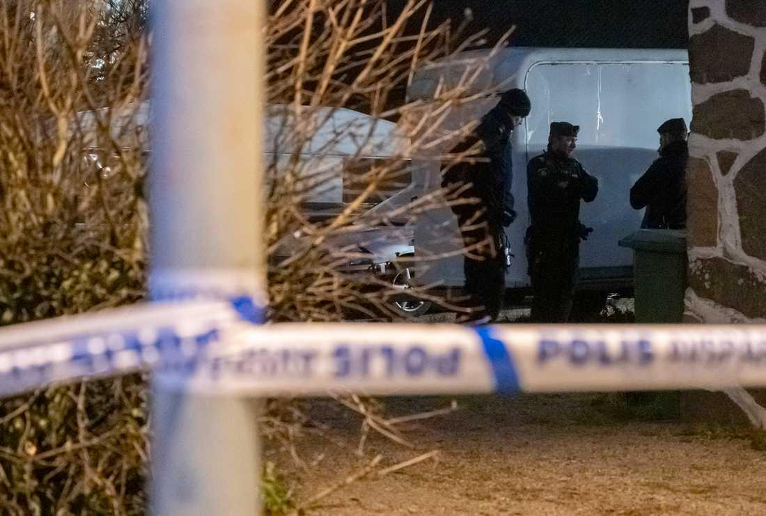 Polis och avspärrningar vid en fastighet i Åstorp efter att en kvinna har hittats död.