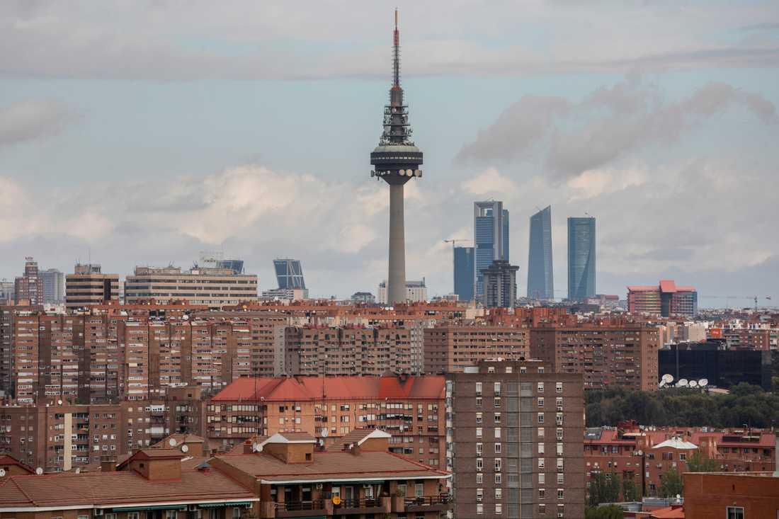 Regionalstyret i Madrid inför nya restriktioner, men centralregeringen vill se besked för hela huvudstaden med omnejd.