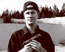 På skjutbanan Matti Saari poserar med vapen.