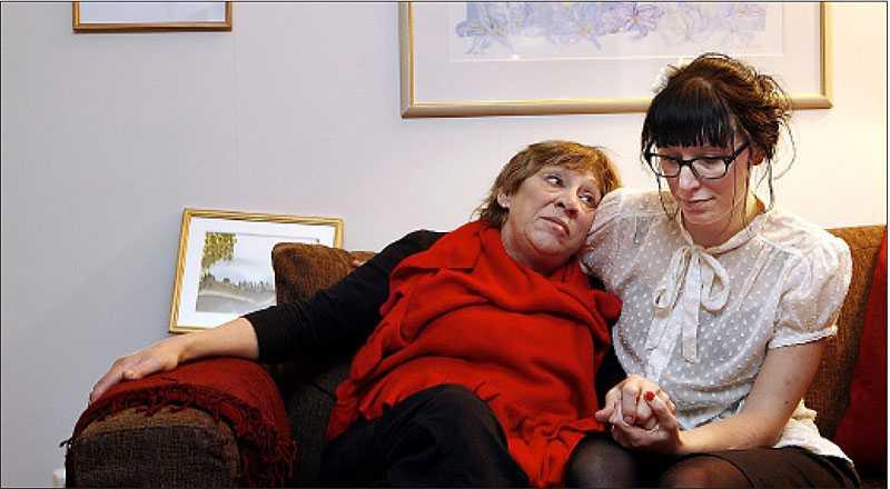 drabbades Tidigare i höstas nekades Annica Holmquist sjukförsäkring – trots att hon är svårt sjuk. Hon blev ett av alla offer för regeringens tuffa regler.