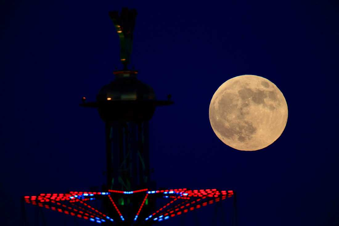Blodmånen stiger över Tel Aviv i Israel.