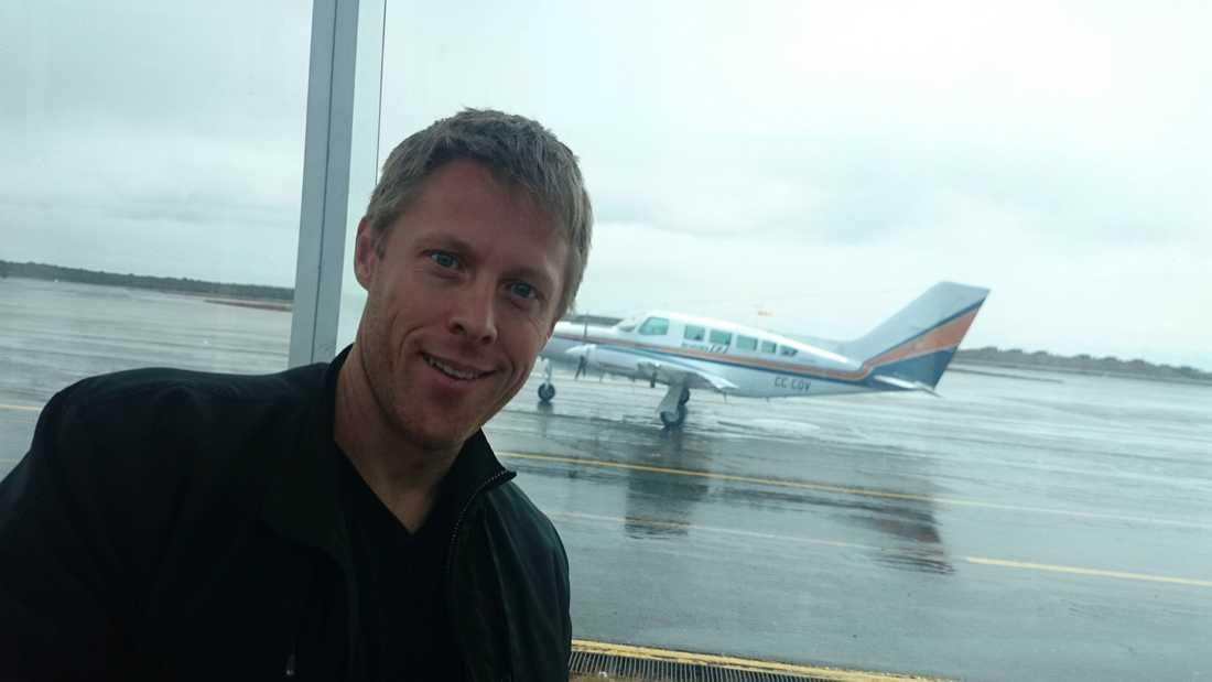 """Gunnar lägger alla sina pengar på resor. Han skriver just nu boken """"Ingenstans"""" om världens 20 minst besökta länder. Här är han på en flygplats i Chile."""