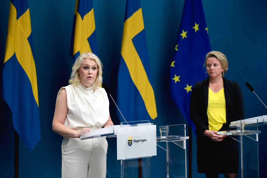 Socialminister Lena Hallengren (S) och Johanna Sandwall, krisberedskapschef på Socialstyrelsen, håller en pressbriefing med anledning av covid-19 i Rosenbad.