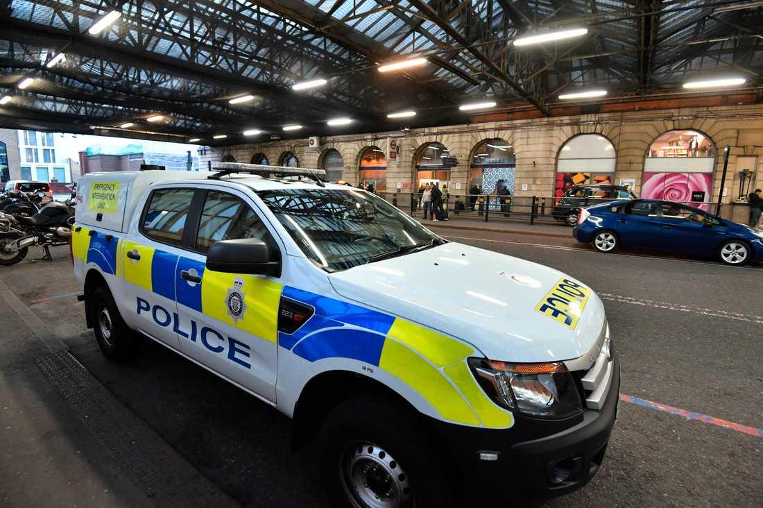 Polisen utanför stationen Waterloo i centrala London.