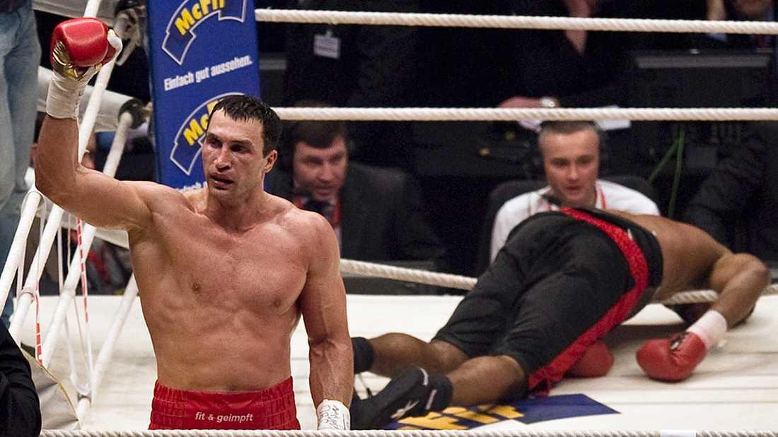 Ukrainaren Wladimir Klitjko (1976-) har precis knockat amerikanen Eddie Chambers medvetslös i titelmatchen gällande IBF-, IBO- och WBO-titeln i mars 2010. Matchen ägde rum inför 50 000 åskådare i Esprit Arena i Düsseldorf.