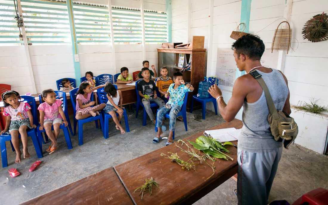 Suku Mentawai, en ideell organisation på den indonesiska ön Siberut, arbetar för att lära barn inom folkgruppen mentawai om sitt ursprung.