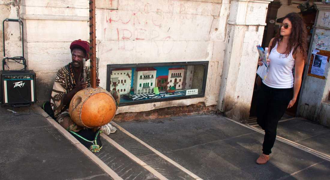 Italien där en kringresande musiker från Senegal spelade på Venedigs gator...