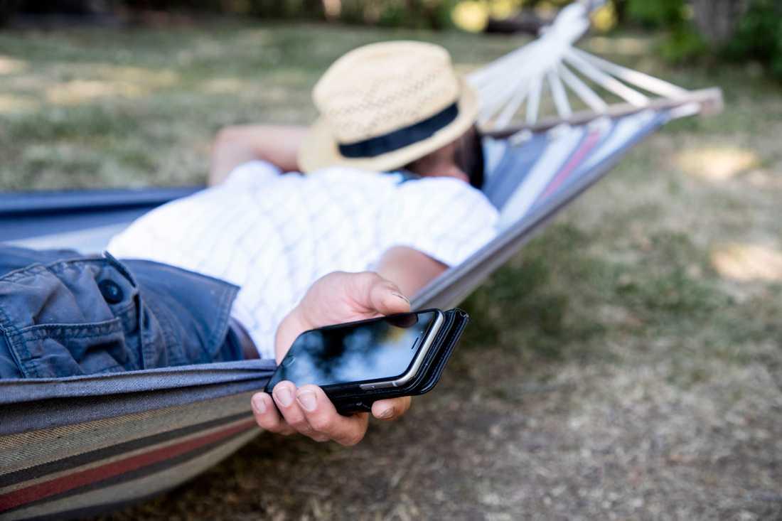 Hur gör man för att inte ta med sig jobbstressen på semestern? Klarar du inte av att läsa mejlen utan att bli uppjagad är det bättre att ställa in ett autosvar och låta bli, tipsar Petra Lindfors, professor i psykologi. Arkivbild.