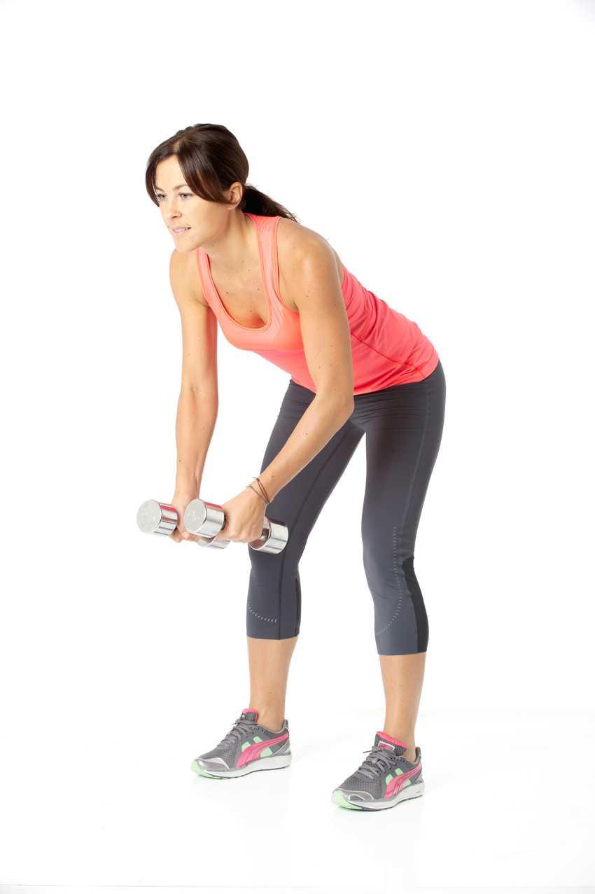 2 Backflyes Så gör du: Stå med fötterna höftbrett isär. Fäll fram överkroppen med rak rygg, knip åt mellan skulderbladen och spänn magen. Håll vikterna ner mot golvet.