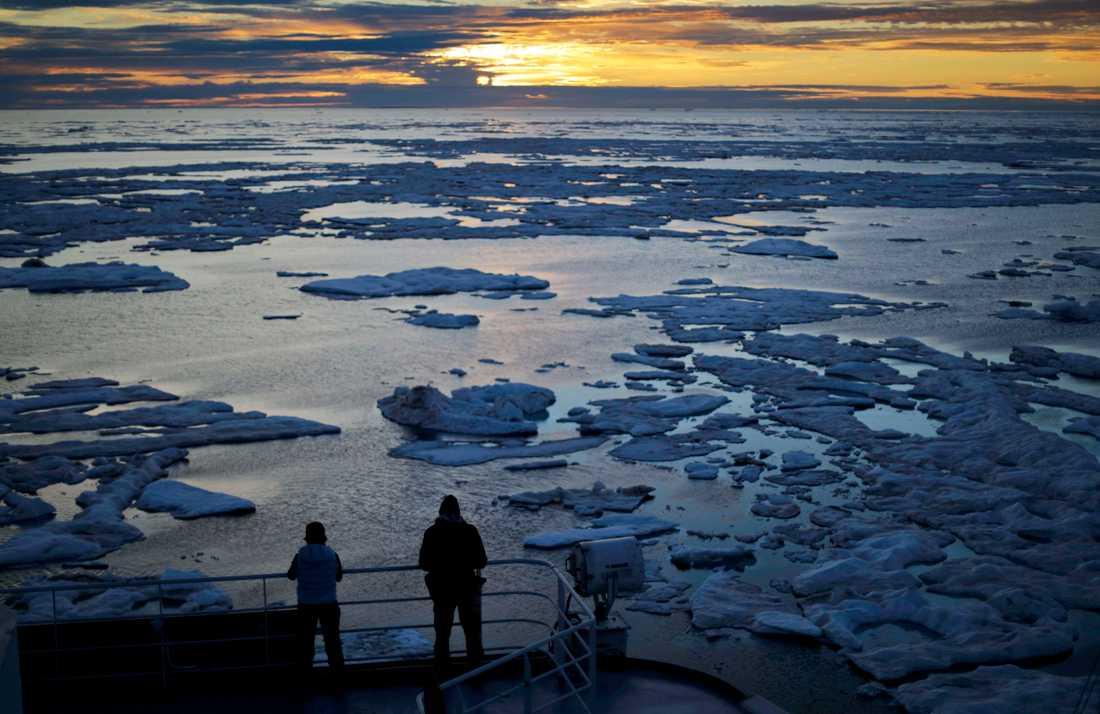 Studier visar att Arktis värms upp dubbelt eller till och med tre gånger så fort som resten av världen, vilket öppnar upp för nya fartygsrutter – men också många problem.