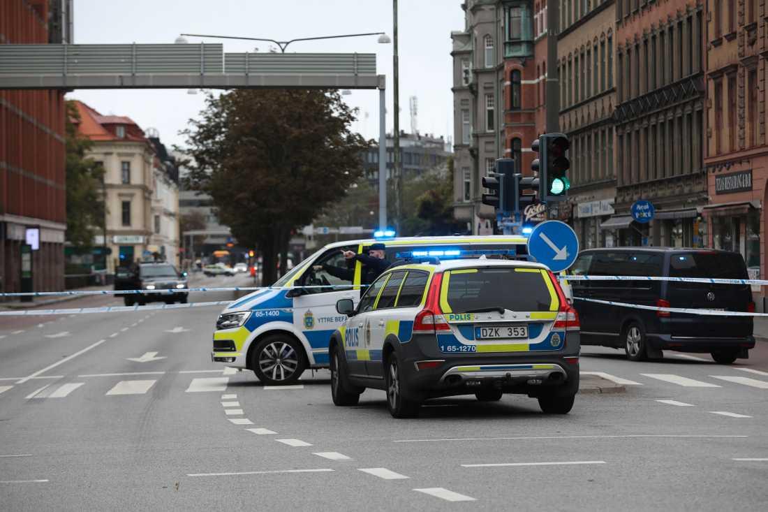 Polisen har spärrat av flera gator i Malmö.