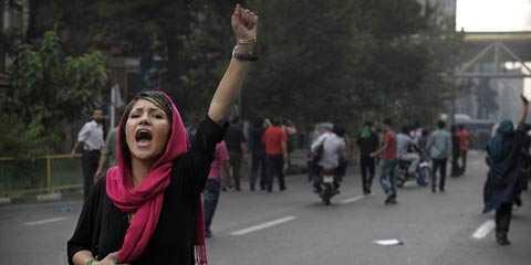 Vrede Den besegrade presidentkandidaten Mousavis anhängare protesterar vilt på gatorna i Teheran.