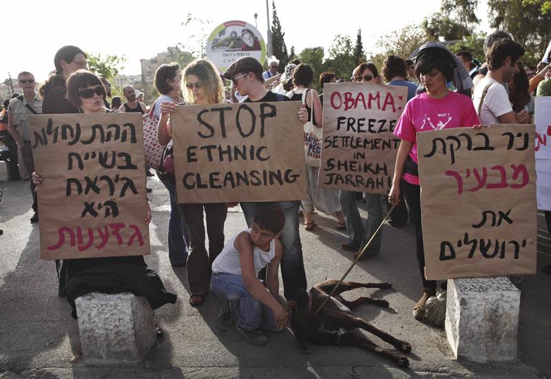 Israeliska vänsteraktivister demonstrerar tillsammans med palestinier mot Israels planer på nya bosättningar i östra Jerusalem.
