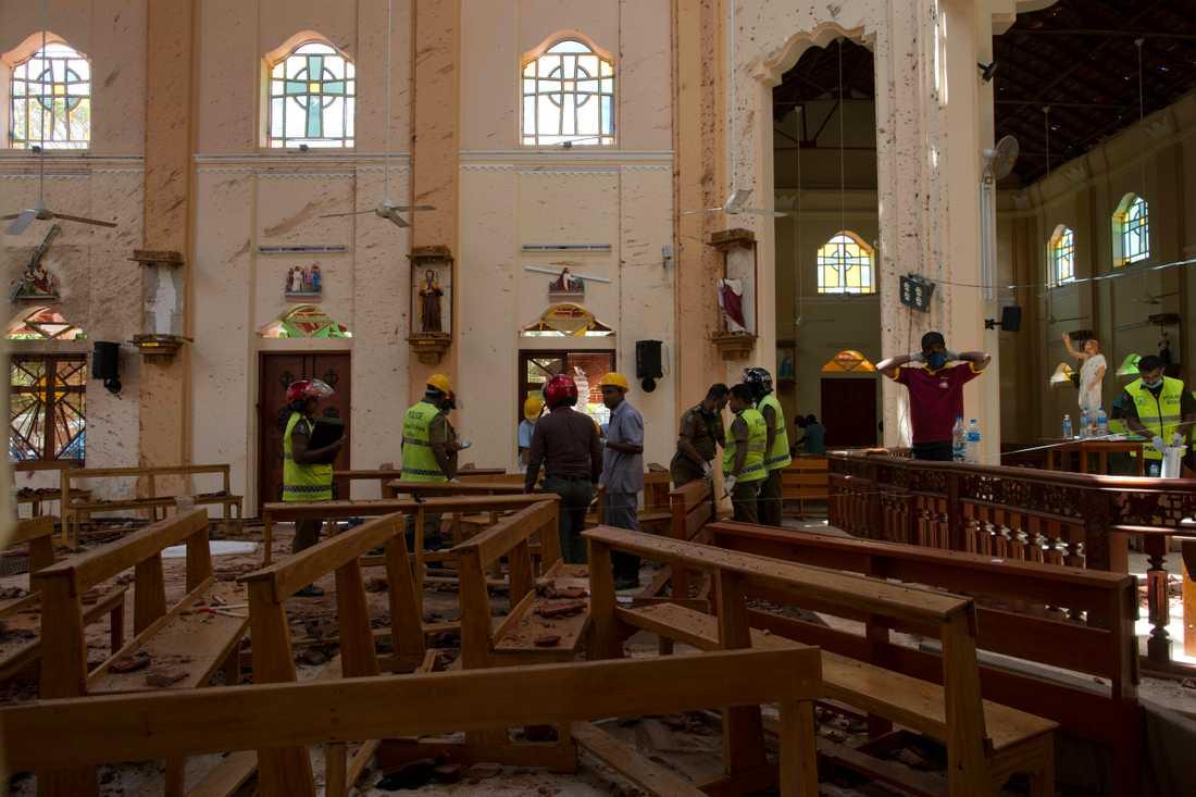 Förstörelse i kyrkan efter dådet.