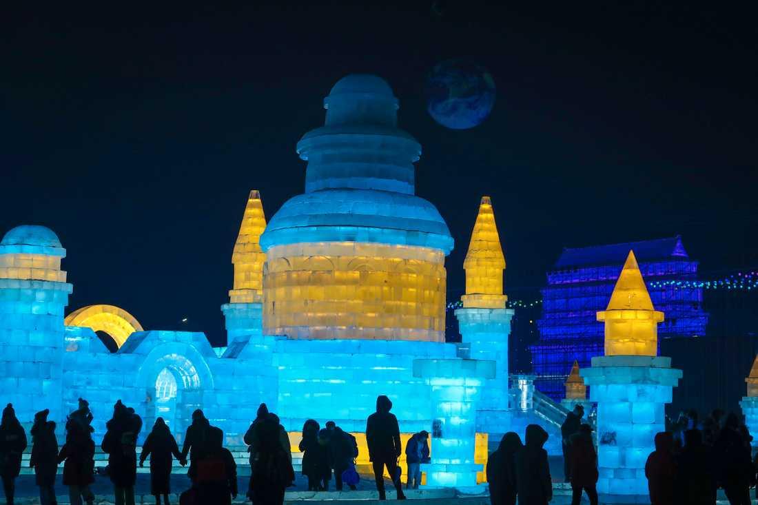 Många av is- och snöfestivalens skulpturer är enorma.