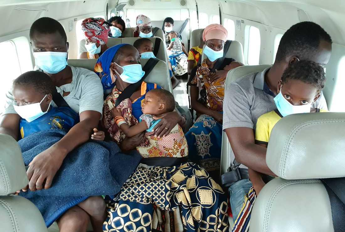 Människor på flykt från den våldsamma jihadistattacken mot den moçambikiska staden Palma. Arkivbild från 1 april.