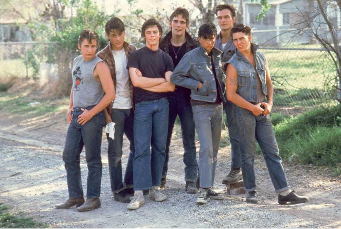 """The Outsiders"" av Francis Ford Coppola, 1983. Från vänster: Emilio Estevez, Rob Lowe, C. Thomas Howell, Matt Dillon, Ralph Macchio, Patrick Swayze och Tom Cruise."