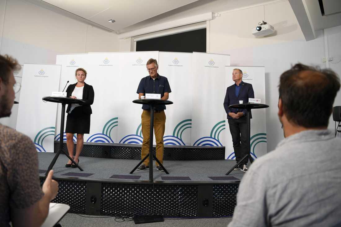Johanna Sandwall, krisberedskapschef, Socialstyrelsen, Anders Tegnell, statsepidemiolog Folkhälsomyndigheten och Morgan Olofsson, komunikationsdirektör, Myndigheten för samhällsskydd och beredskap under en tidigare presskonferens.