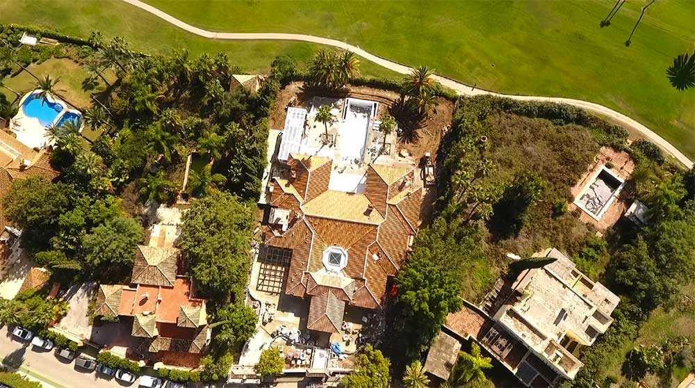 Den vita villan renoveras från grunden. Rum flyttas och pool och terrasser byggs.