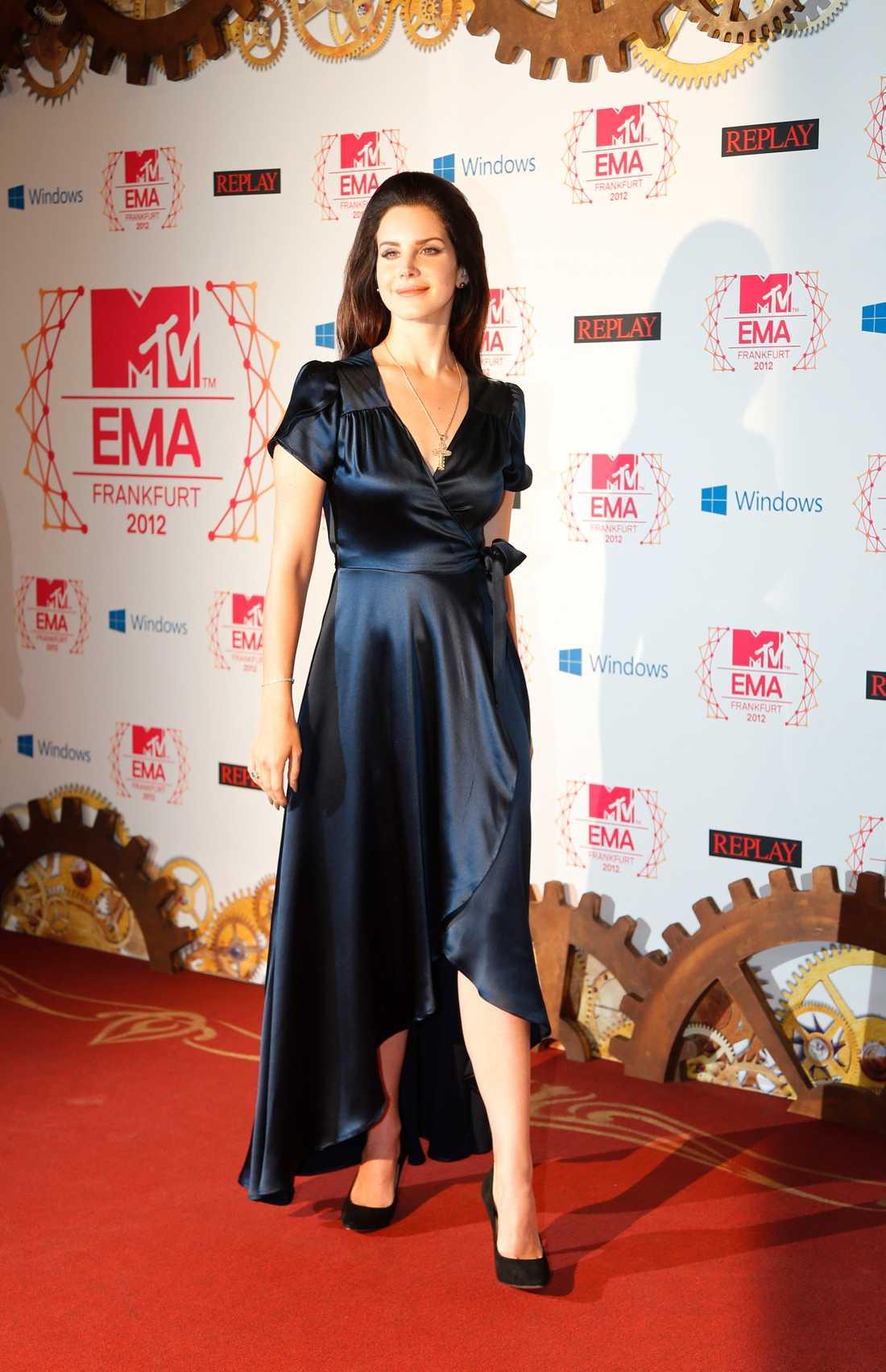 Lana Del Ray var tjusig i svart sidenklänning.