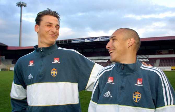 Den 17 april 2001 togs Zlatan ut i A-landslaget för första gången. Här tillsammans med Henrik Larsson inför landskampen mot Schweiz.